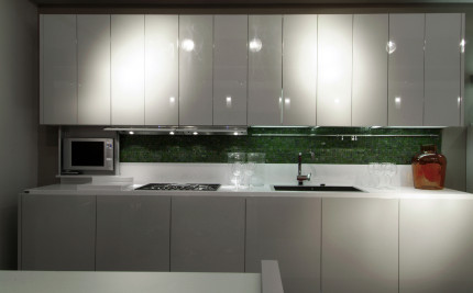Кухня с крашеными фасадами. Модель без ручек .Способ открывания TIP-ON нажатие.