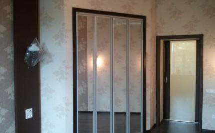 Складные двери с зеркалами